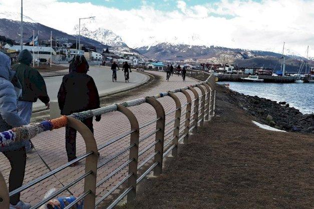 Imagen ilustrativa: personas en la costa de Ushuaia