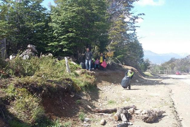 La UNTDF coordinó jornada de limpieza en bosque nativo de Ushuaia